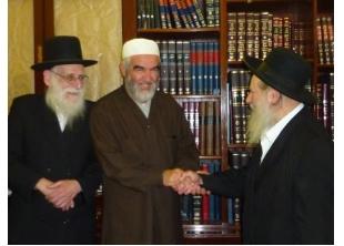 שייח' ראאד סלאח (במרכז) עם חברים יהודים Шейх Раед Салах (в центре) с друзьями евреями