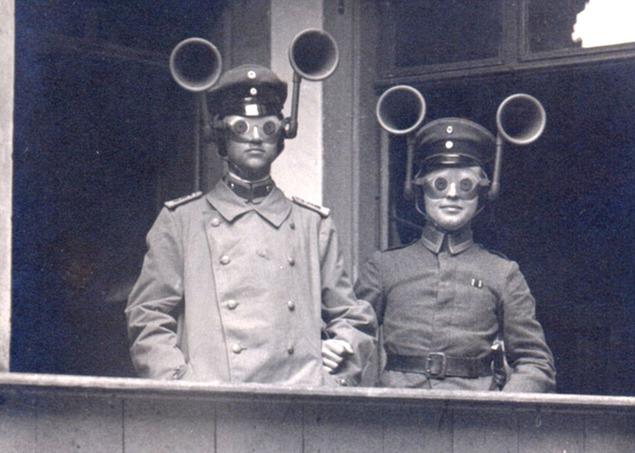 Наушники и очки, позволяющие удалённо прослушивать и следить за передвижением вражеских подразделений. אוזניות ומשקפיים המאפשרים להאזין ולהשקיף בתנועות של זרועות האויב